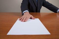 Люди с белым листом Стоковые Изображения RF
