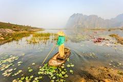 Люди с маленькой лодкой на Van Длинн pond, провинция Ninh Binh, Вьетнам стоковое изображение rf