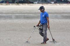Люди с металлоискателем Стоковые Фотографии RF