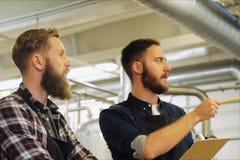 Люди с доской сзажимом для бумаги на винзаводе или заводе пива акции видеоматериалы