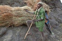 Люди с пачками сена, Эфиопией Стоковая Фотография