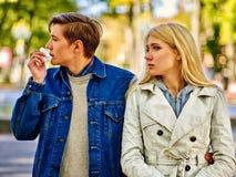 Люди с холодным падением носового платка дуя носа внешним стоковое фото rf
