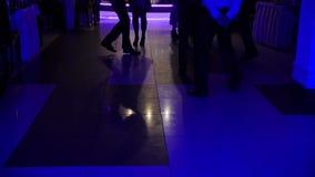 Люди танцев на зеркале пола - толпитесь partying на партии диско видеоматериал