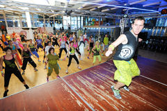 Люди танцуя во время фитнеса тренировки Zumba на спортзале стоковая фотография