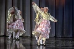 Люди танцуя в традиционных костюмах на этапе, Стоковая Фотография RF