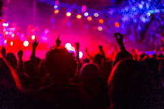 Люди танцуя на концерте стоковые изображения