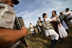 Люди танцуя на традиционном винограднике Jidvei жмут справедливо Стоковые Фотографии RF