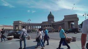 Люди толпы идут в передний собор Казани в Санкт-Петербурге Лето туристы акции видеоматериалы
