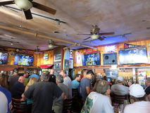 Люди толпы наблюдают игру Superbowl на баре иконического Lulu стоковые изображения rf