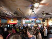 Люди толпы наблюдают игру Superbowl на баре иконического Lulu стоковые изображения