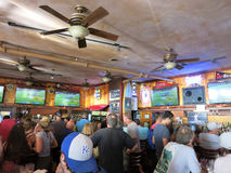 Люди толпы наблюдают игру Superbowl на баре иконического Lulu стоковая фотография