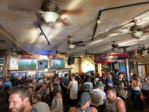 Люди толпы наблюдают игру Superbowl на баре иконического Lulu стоковая фотография rf