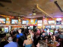 Люди толпы наблюдают рекламу Taco Bell Superbowl на иконическом Lulu стоковые фотографии rf