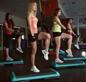 Люди тренируя в спортзале Стоковое Изображение