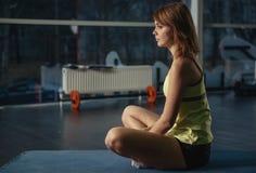 Люди тренируя в спортзале Стоковая Фотография