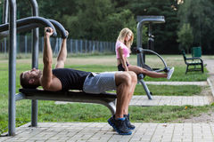 Люди тренируя на внешнем спортзале стоковая фотография