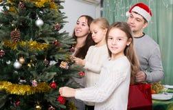 Люди украшая рождественскую елку Стоковая Фотография RF