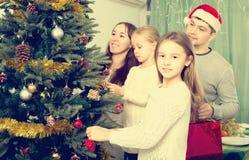 Люди украшая рождественскую елку Стоковое Изображение RF