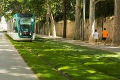 Люди уклада жизни, который побежали к трамваю стоковая фотография rf