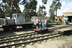 Люди управляют вагонеткой Стоковые Фото