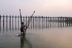 Люди улавливают рыб около моста Ubein в Мандалае, Мьянме Стоковые Фото