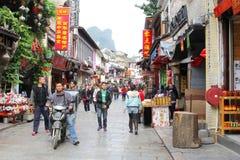 Люди ходят по магазинам в западной улице, Yangshuo, Китае стоковая фотография rf