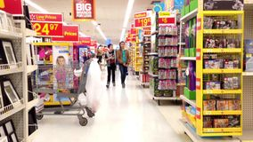 Люди ходя по магазинам внутри магазина Walmart
