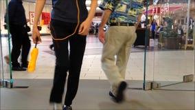 Люди ходя по магазинам внутри мола сток-видео