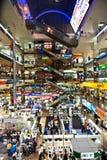 Люди ходя по магазинам внутри Pantip Стоковая Фотография