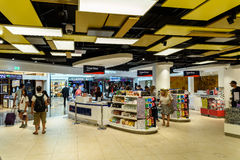 Люди ходя по магазинам в безпошлинном магазине международного аэропорта вены Стоковые Фото