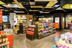 Люди ходя по магазинам в безпошлинном магазине международного аэропорта вены Стоковые Изображения