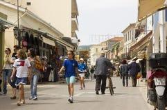 Люди ходя по магазинам в городке Lefkas, Греции Стоковое фото RF