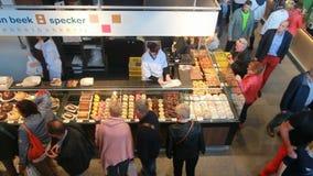 Люди ходя по магазинам в крытом рынке сток-видео