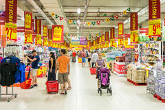 Люди ходя по магазинам в междурядье магазина супермаркета стоковые фото