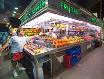 Люди ходя по магазинам в рынке Boqueria Ла Барселоны Стоковые Фото