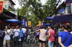 Люди ходя по магазинам на мусульманской улице еды, XI ` Китай стоковая фотография