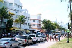 Люди ходя по магазинам на южном пляже Майами стоковые изображения rf
