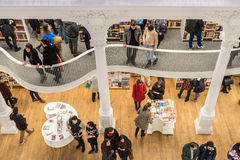 Люди ходя по магазинам для книг в библиотеке Стоковое Изображение