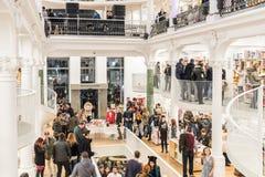 Люди ходя по магазинам для книг в библиотеке Стоковые Фотографии RF