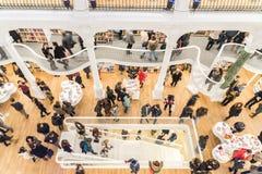 Люди ходя по магазинам для книг в библиотеке Стоковая Фотография RF