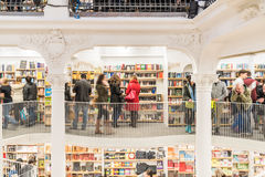 Люди ходя по магазинам для книг в библиотеке Стоковые Изображения RF