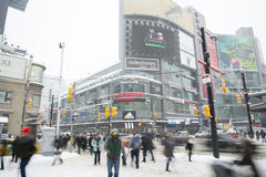 Люди ходя по магазинам для xmas от центра eaton Стоковые Фото