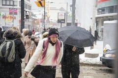 Люди ходя по магазинам для xmas от центра eaton Стоковая Фотография