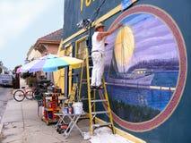 Люди, художник крася внешнюю настенную роспись стены Стоковое Фото