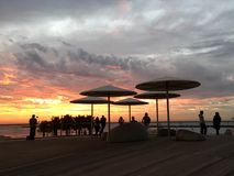 Люди цвета моря пляжа неба захода солнца Стоковое Изображение RF