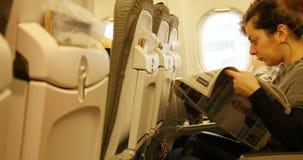 Люди читая в воздушных судн во время полета видеоматериал