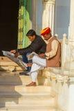 Люди читая газеты на Jaswant Thada Стоковая Фотография RF