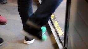 Люди шагая над порогом Handheld конец-Вверх на ногах видеоматериал