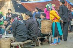 Люди этнического меньшинства в ресторане, на старом Дуне Van рынке Стоковые Изображения