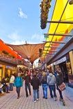 Люди любят ходить по магазинам в новой Стоковые Изображения RF